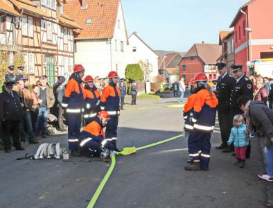 Die Jugendlichen der Jugendfeuerwehr Hammenstedt legten eine Prüfung unter den Augen des Kreisbrandmeisters ab. Foto: D. Swiridow