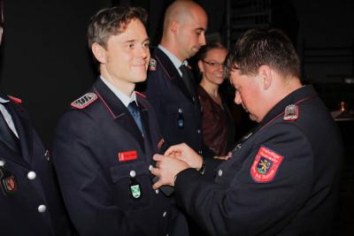 Der stellvertretende Landes-Jugendfeuerwehrwart Christian Juskowiak überreichte die Auszeichnungen an die Geehrten. Foto: Kutzner