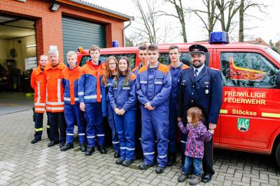 Die neuen Träger der Jugendflamme Stufe 3 mit Teilen des Abnahmeteams und Kreisjugendfeuerwehrwart Mario Hotze (rechts). Foto: Marc Henkel