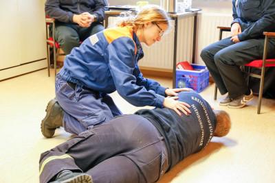 Erste-Hilfe, hier die stabile Seitenlage, gehörte auch zum Prüfungsumfang. Foto: Marc Henkel