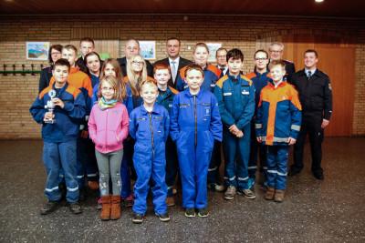 Die geehrten Mitglieder der Kinder- und Jugendfeuerwehr Langendamm mit Gästen. Foto: Marc Henkel