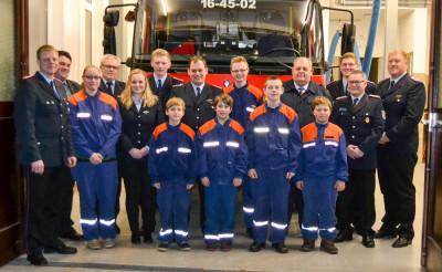 Der neue Jugendausschuss der Jugendfeuerwehr Erichshagen-Wölpe mit den Gästen der Jahreshauptversammlung. Foto: Henkel