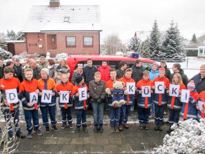 """""""Danke Kücki"""" – die Überraschung der Jugendfeuerwehr Harsefeld war gelungen. Foto: Simon"""