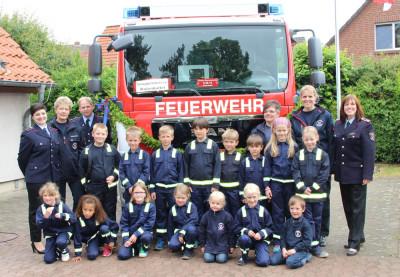 Im Juni nahm die Kinderfeuerwehran der offiziellen Fahrzeugübergabe am Feuerwehrhaus teil. Selbst die Kinder sind schon mächtig stolz auf das neue Fahrzeug!Foto: Doerge