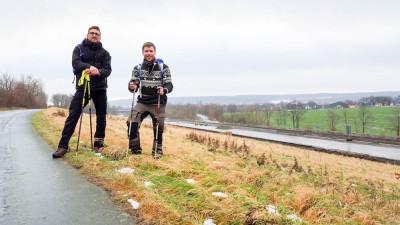 Marco Dittmer (rechts) und Axel Oppermann wanderten für eine Wette zu Gunsten der Jugendfeuerwehr von Braunschweig nach Bad Harzburg. Foto: Dittmer