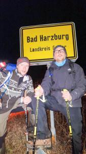 Endlich am Ziel: Marco Dittmer (links) und Axel Oppermann posieren vor dem Ortschild von Bad Harzburg. Foto: Dittmer