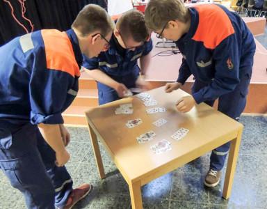 """Jugendliche beim """"Zwischenspiel"""" des Quizturniers. Foto: Lindhorst"""
