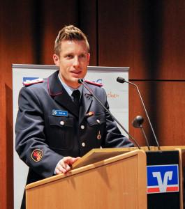 André Lang, stellvertretender Landes-Jugendfeuerwehrwart, lobte die Großzügigkeit der Volksbank als Vorbild für andere Regionen. Foto: Kutzner