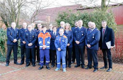 Alle geehrten und gewählten Mitglieder der Kreisjugendfeuerwehr Nienbureg/Weser mit Gästen. Foto: Henkel