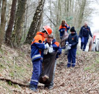 Viel zu tun hatten die Mitglieder der Kinder- und Jugendfeuerwehr Langendamm beim Umweltschutztag. Foto: Henkel