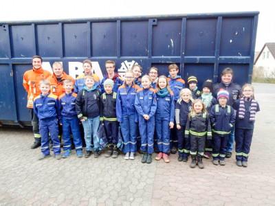 Die Jugendfeuerwehr Watenbüttel beim Stadtputztag. Foot: Kadereit