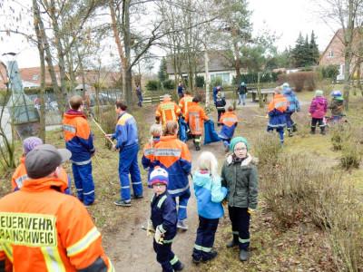 Die Abteilungen der Feuerwehr Watenbüttel halfen beim Stadtputztag. Foto: Kadereit