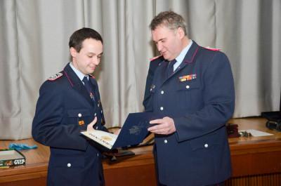 Der stellvertretende Kreisjugendfeuerwehrwart Stefan Bettner (rechts) überreicht Phillip Glomba seine Urkunde. Foto: RadUng