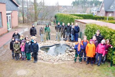Die Kinder- und Jugendfeuerwehr Steimbke bei den Arbeiten an ihrem Umweltprojekt. Foto: Daniel