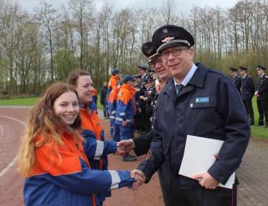 Tatjana und Saskia wird die Leistungsspange durch den stellvertretenden Bezirksjugendfeuerwehrwart Sascha Bädorf verliehen. Foto: Alena Gellmers