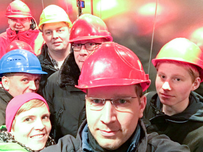 Im Aufzug in die Schillat-Höhle rückten die Ausschussmitglieder eng zusammen.