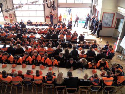 Jugendliche und Betreuer aller 13 Jugendfeuerwehren des Landkreises trafen sich im Neuenhauser Feuerwehrhaus.