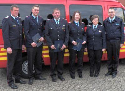 Geehrt für ihr Engagement in der Jugendfeuerwehr wurden Kathrin Meyer, Simon Vernim und Jens Goosen.