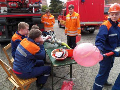 Durch drei Strahlrohre, einen Verteiler und einen C-Schlauch musste ein Luftballon zum platzen gebracht werden.