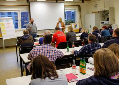 Kreisjugendfeuerwehrwart Mario Hotze (links stehend) dankte Ilona Sieckmann (rechts stehend) und den Kinderfeuerwehrwartinnen und Kinderfeuerwehrwarten für deren Engagement. Foto: Henkel