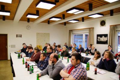 Viele Kinderfeuerwehrwartinnen und Kinderfeuerwehrwarte waren der Einladung nach Nienburg gefolgt. Foto: Henkel