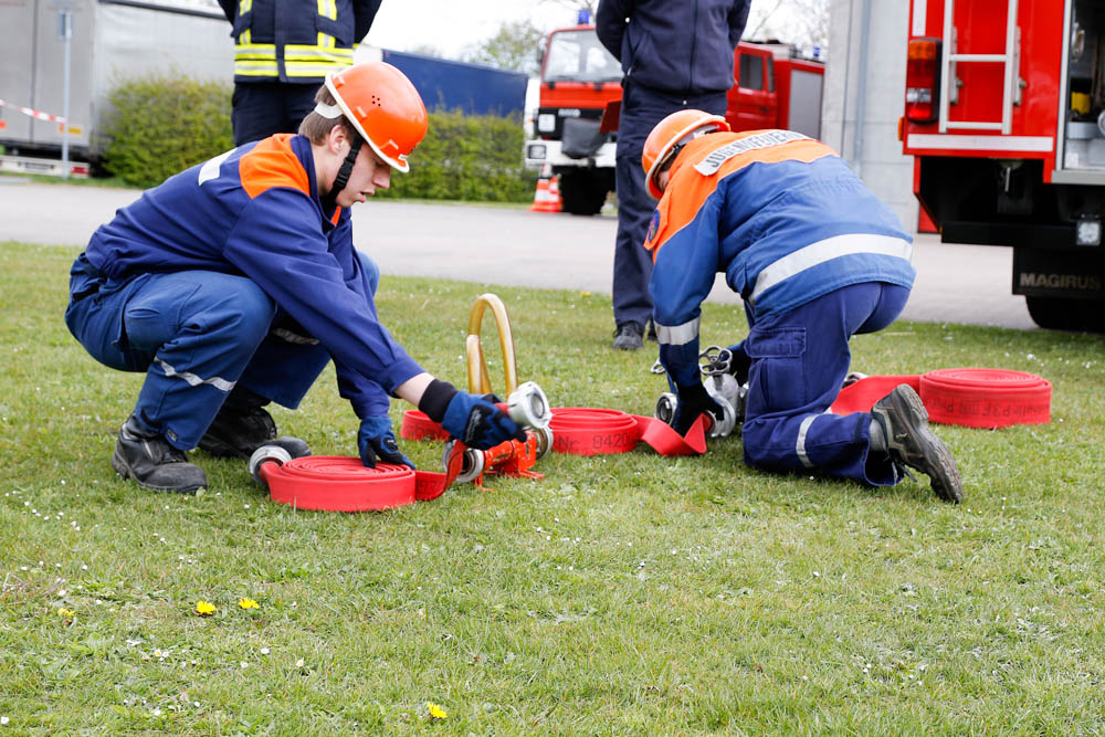 Aufbau eines Schaumangriffs war einer der Aufgaben bei der Abnahme der Jugendflamme. Foto: Henkel