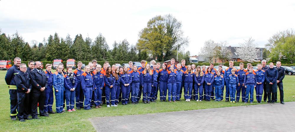 Die Absolventen der Jugendflamme mit dem Wertungsrichterteam. Foto: Henkel