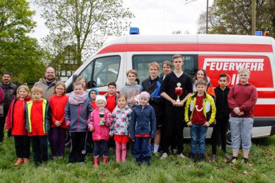 Völkerballturnier: Die siegreiche Kinderfeuerwehr Drakenburg 2 (links) neben Gruppe aus Holtorf, die bei den Jugendfeuerwehren den ersten Platz belegte.