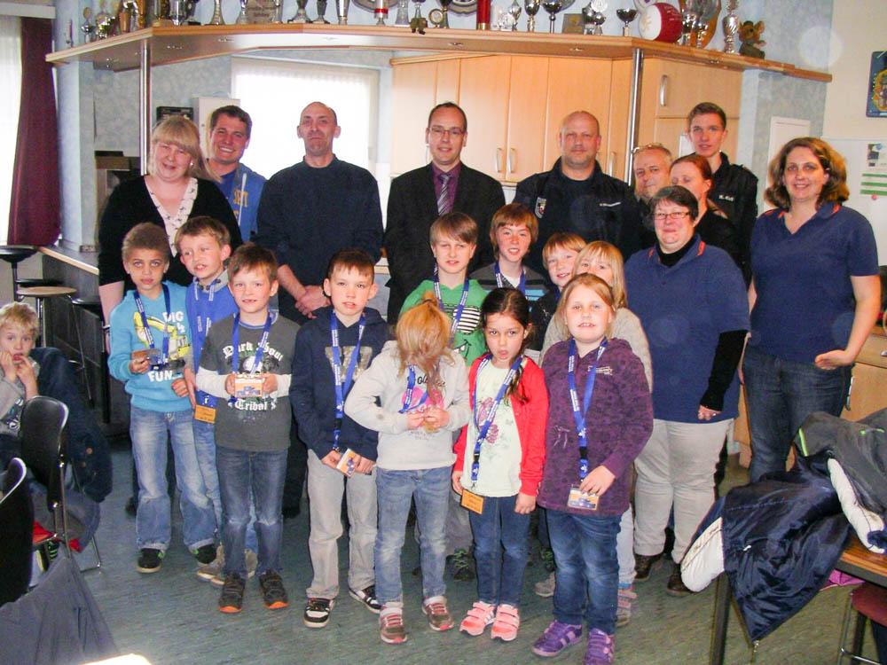 Erfolgreiche Absolventen des Schaumburger Flori Stufe 1 mit Betreuern und Prüfern. Foto: FF Bückeburg