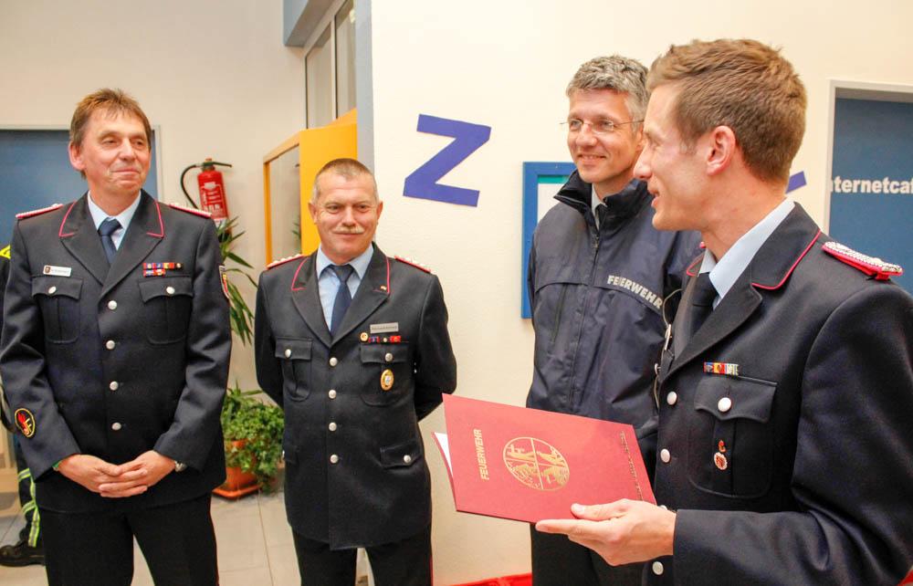 Michael Broermann und Reinhardt Behrens (links) sind die ersten Wertungsrichter der Niedersächsischen Jugendfeuerwehr, die die Schiedsrichter- und Kampfrichterspange erhalten. Foto: Kutzner