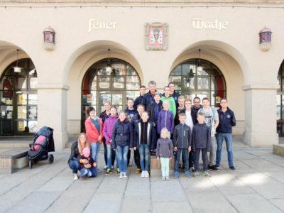 Die Jugendfeuerwehr Watenbüttel vor der Jugendherberge in Plauen – einer umgebauten Feuerwache.