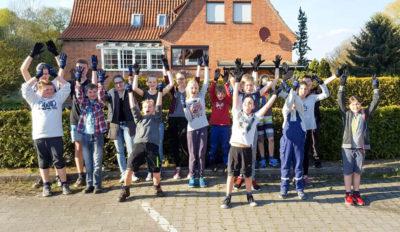 Die Jugendfeuerwehr Dahlenburg freute sich über eine Spende für neue Handschuhe.