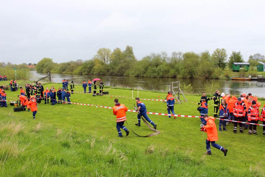 Das Spiel ohne Grenzen der Kreisjugendfeuerwehr Verden file nicht ins Wasser – die Teilnehmer trotzten dem Regen. Foto: Müller