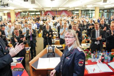 Für die scheidende Landes-Jugendfeuerwehrwartin Anke Fahrenholz gab es während der Verabschiedung stehende Ovationen der Delegierten. Foto: NJF/Kutzner
