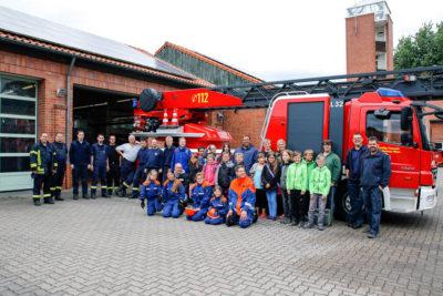 """Alle Teilnehmer und Mitwirkenden der Ferienpass-Aktion """"Feuerwehr"""". Foto: Henkel"""