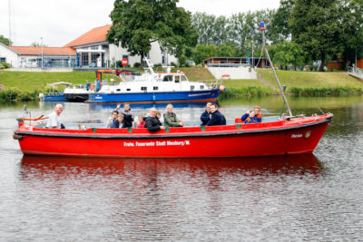 Auch eine Rundfahrt auf der Weser gehörte zum Ferienpassprogramm der Freiwilligen Feuerwehr Nienburg. Foto: Weser