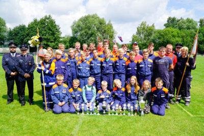 Der Lagermeister Jugendfeuerwehr Deblinghausen mit weiteren Pokalgewinnern. Foto: Henkel