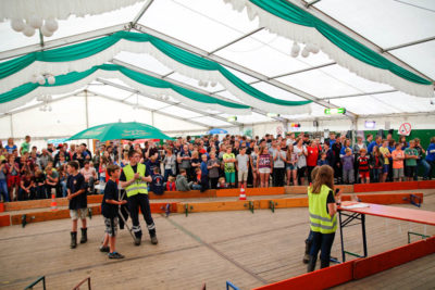 Die Bobby-Car-Boliden starteten vor großem Publikum. Foto: Henkel