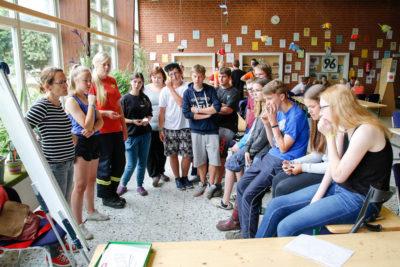Gespannt hören die Teilnehmer dem Präventionsteam des Fachbereichs Jugend zu. Foto: Henkel