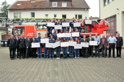 Viele Spenden auf einmal gab es bei der Geldübergabe des Gewinnsparens an die Jugendfeuerwehren. Foto: Volksbank