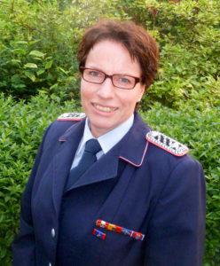 Manuela Spende erhielt die Ehrennadel der Deutschen Jugendfeuerwehr in Silber. Foto: Giese