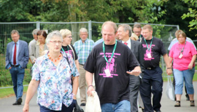 Ulrike Wiechmann-Wrede, Bürgermeisterin Hademstorf zusammen mit Christian Biringer, stellvertretender Kreisjugendfeuerwehrwart. Foto: Klenner