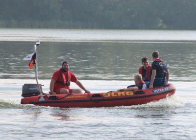 Eine besondere Art des Dienstes, die Fahrt mit Bootsführer Tim Weber über den Sander See. Foto: Wolfgang Kaul