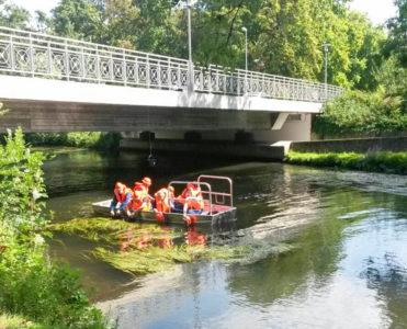 Unter einer Okerbrücke waren in einem Eimer Süßigkeiten versteckt, die nur per Boot erreicht werden konnten. Foto: Götz Jacobs